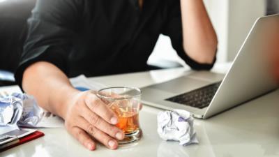 Wann ist Alkohol am Arbeitsplatz erlaubt? - BERATUNG.DE