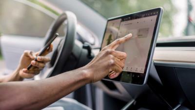 Touchscreen-Bedienung während der Fahrt: Diese Strafen drohen - BERATUNG.DE