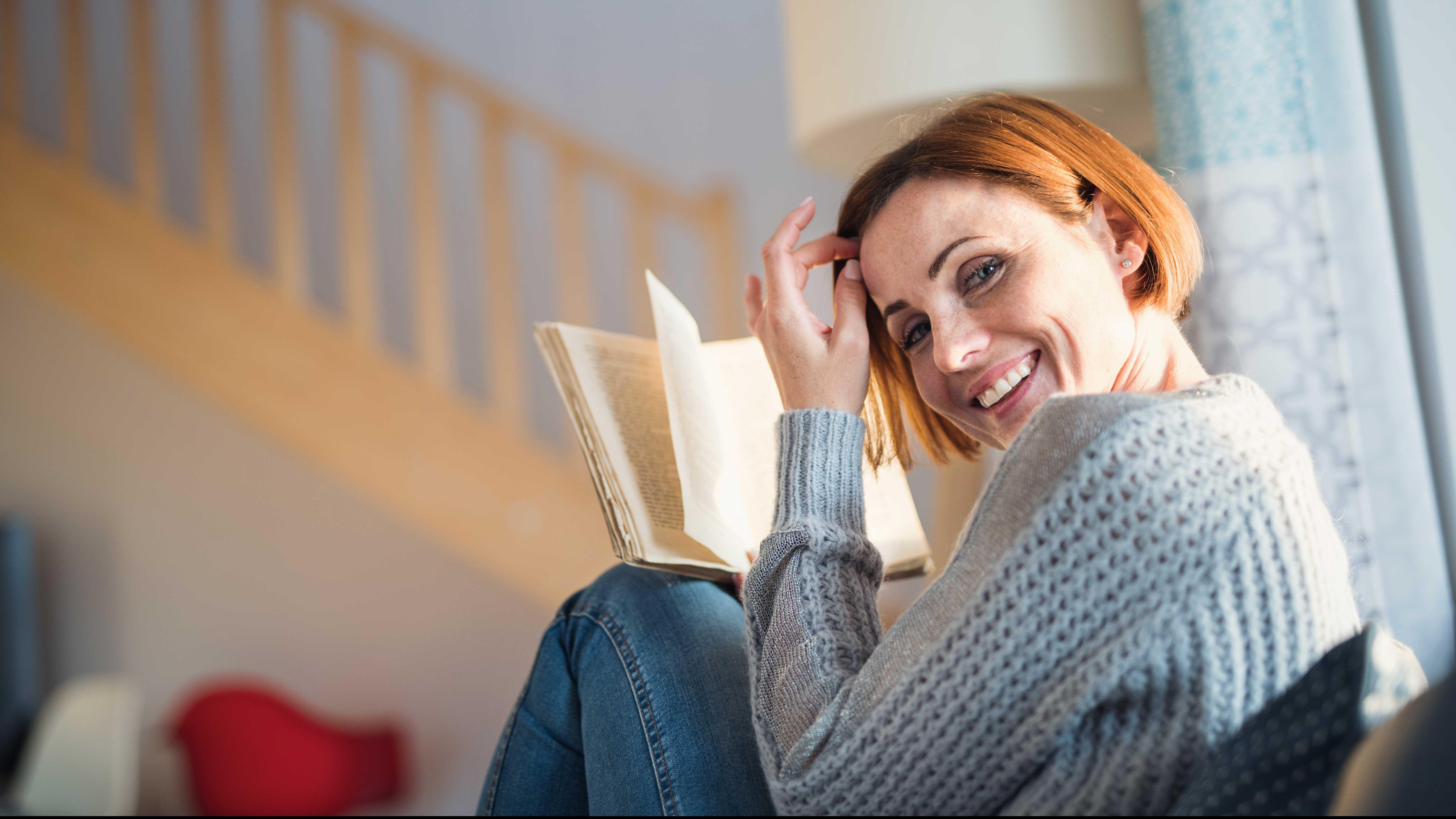 AltText: Tochter ist Alleinerbe und erbt Haus und Geld: Den Pflichtteil kann sie ihren Geschwistern aus dem geerbten Geldvermögen auszahlen.