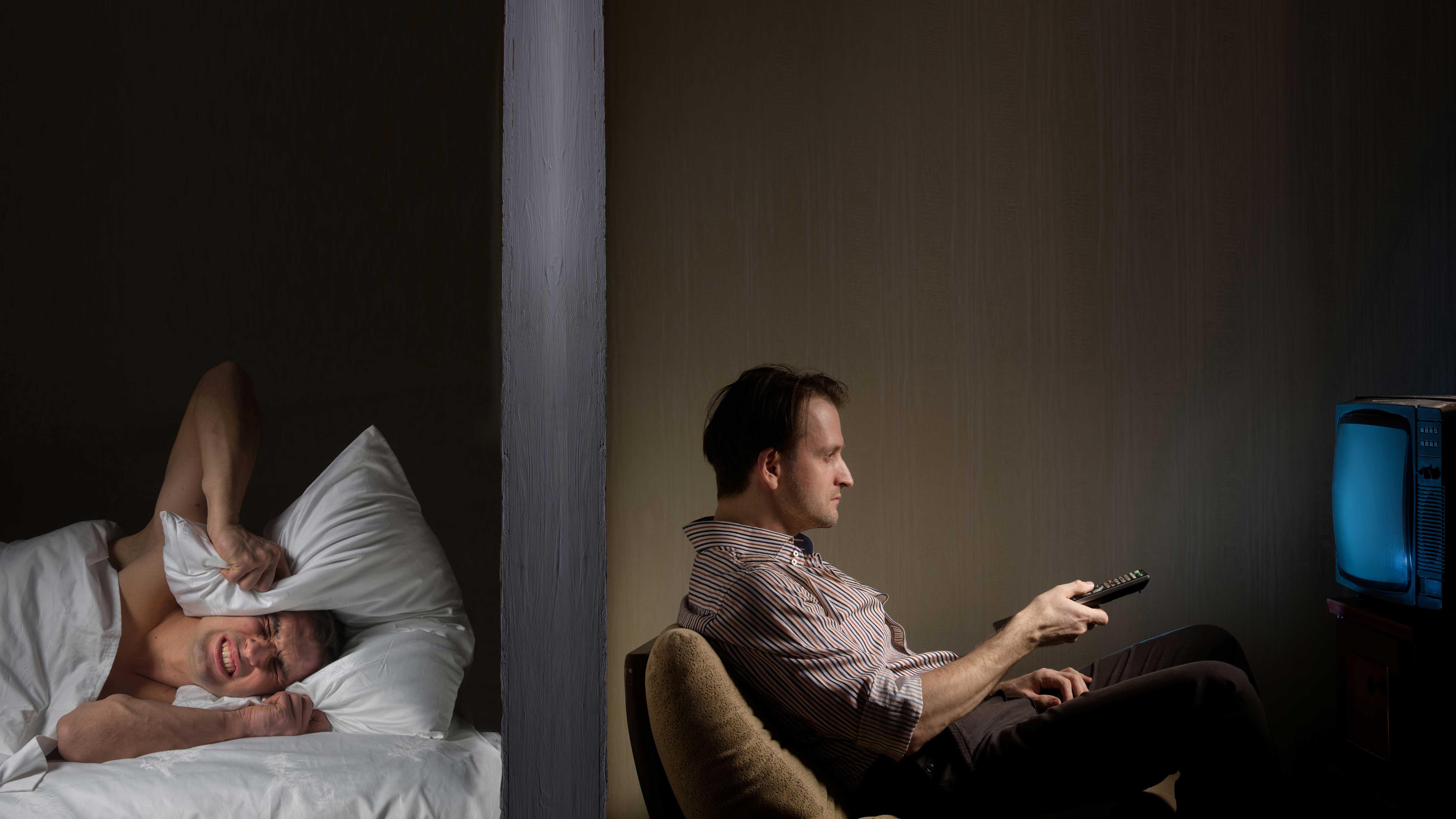 AltText: Werden Ruhezeiten wie die Nachtruhe nicht eingehalten, gilt auch lautes Fernsehen als Lärmbelästigung.