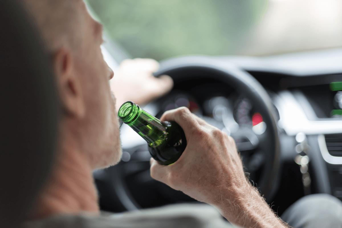 AltText: Promillegrenze Auto: Fahrer mit Alkohol am Steuer