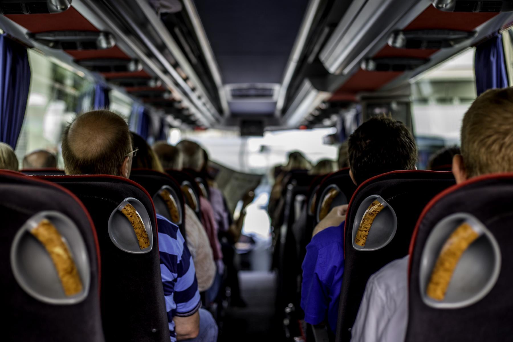AltText: Ein Bus, in dem viele Leute sitzen, die einen Betriebsausflug machen.