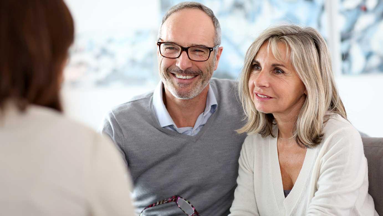 AltText: Ehegatten lassen sind beim Anwalt und lassen sich zum Supervermächtnis beraten