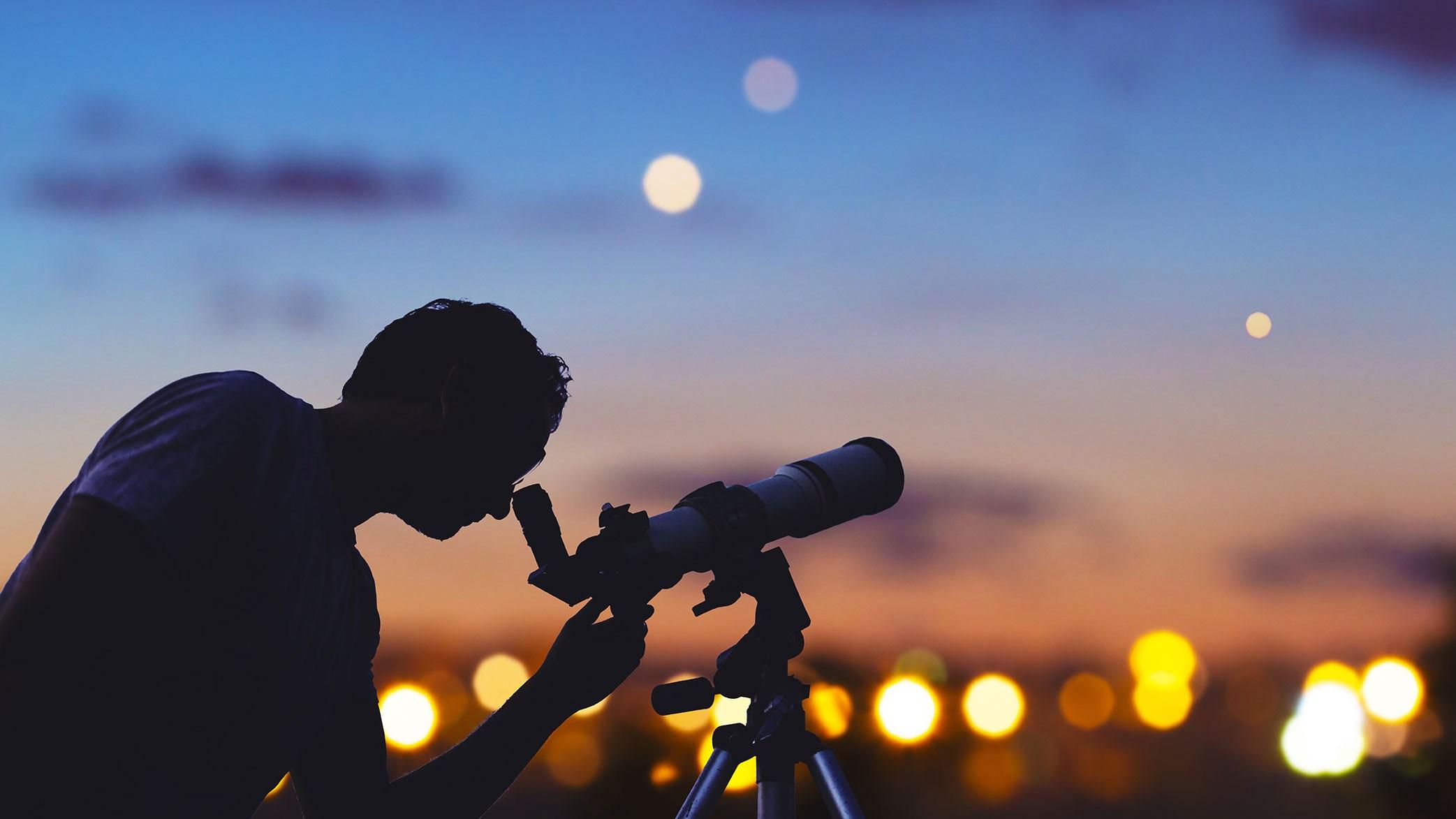 AltText: Mann mit Teleskop symbolisiert einen globalen Erbenermittler.