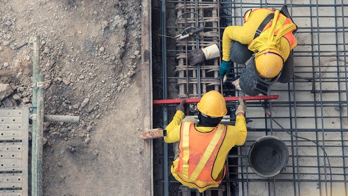 AltText: Ein Handwerker betreibt Schwarzarbeit auf einer Baustelle.