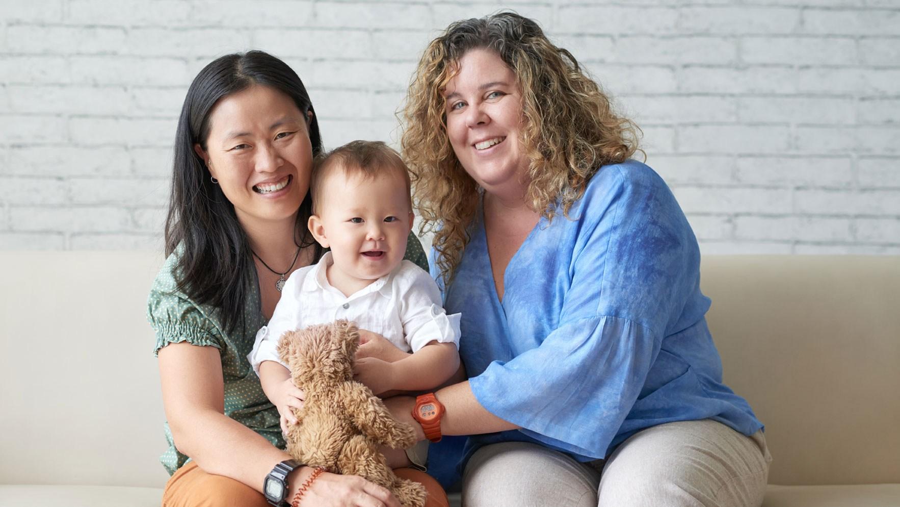 AltText: Adoption Homosexuelle: Verheiratete Lesben haben ein Kind gemeinschaftlich adoptiert.