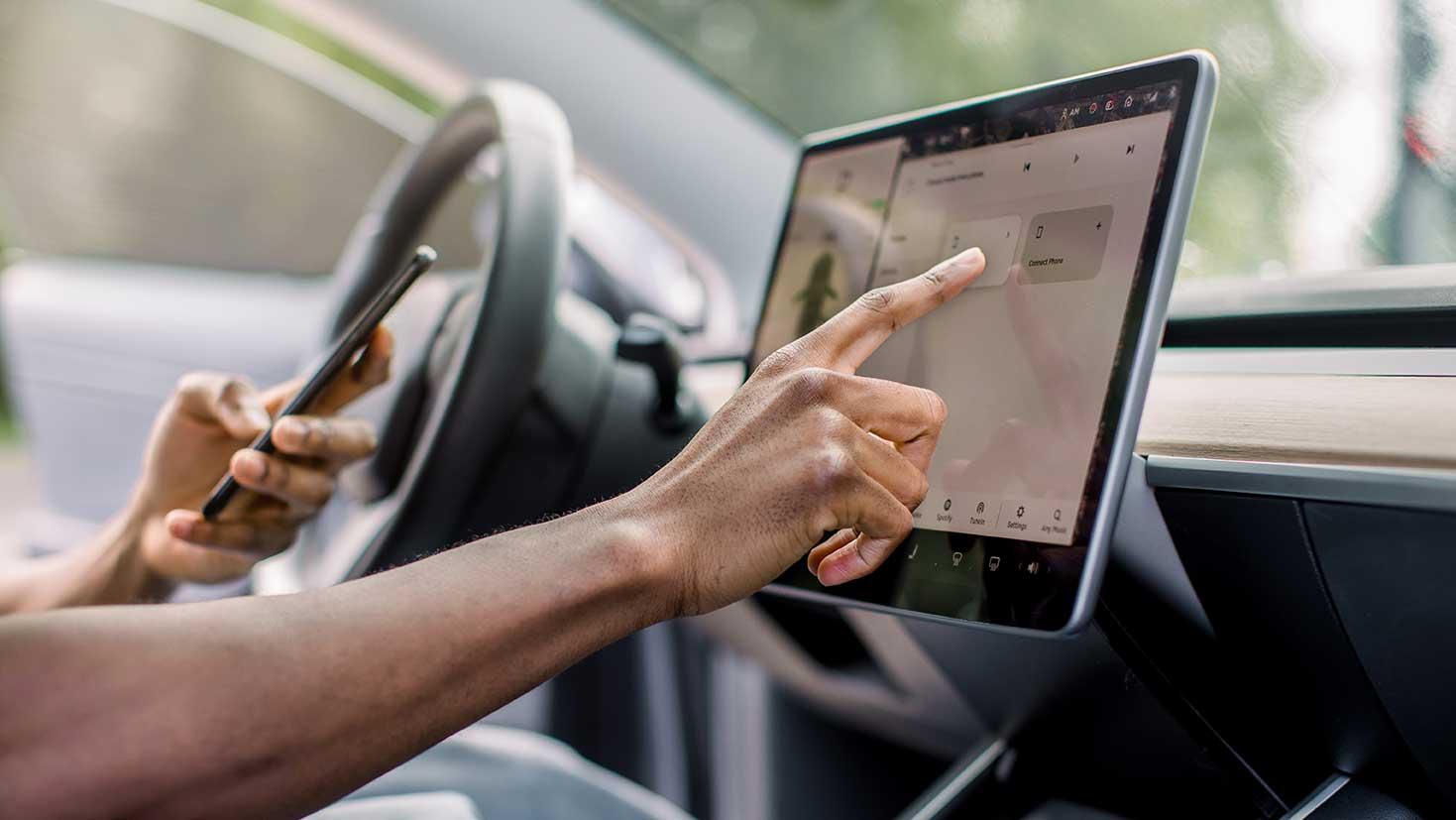 AltText: Bedienen des Navis während der Autofahrt