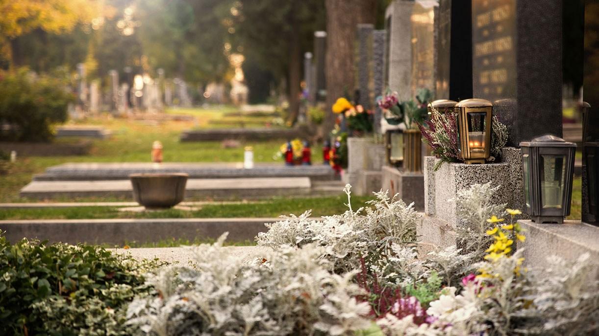 AltText: Trauergäste bei Trauerfeier in der Kirche vor der Erdbestattung