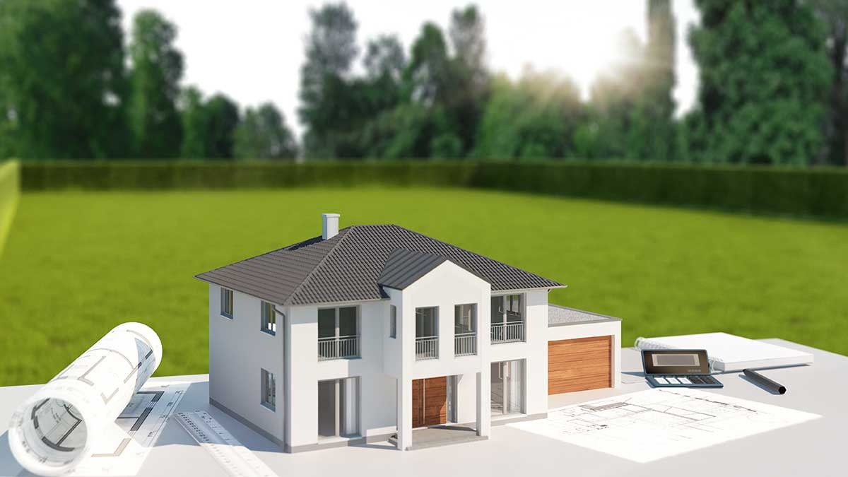 AltText: Leeres Grundstück mit einem Modellhaus und Bauplan