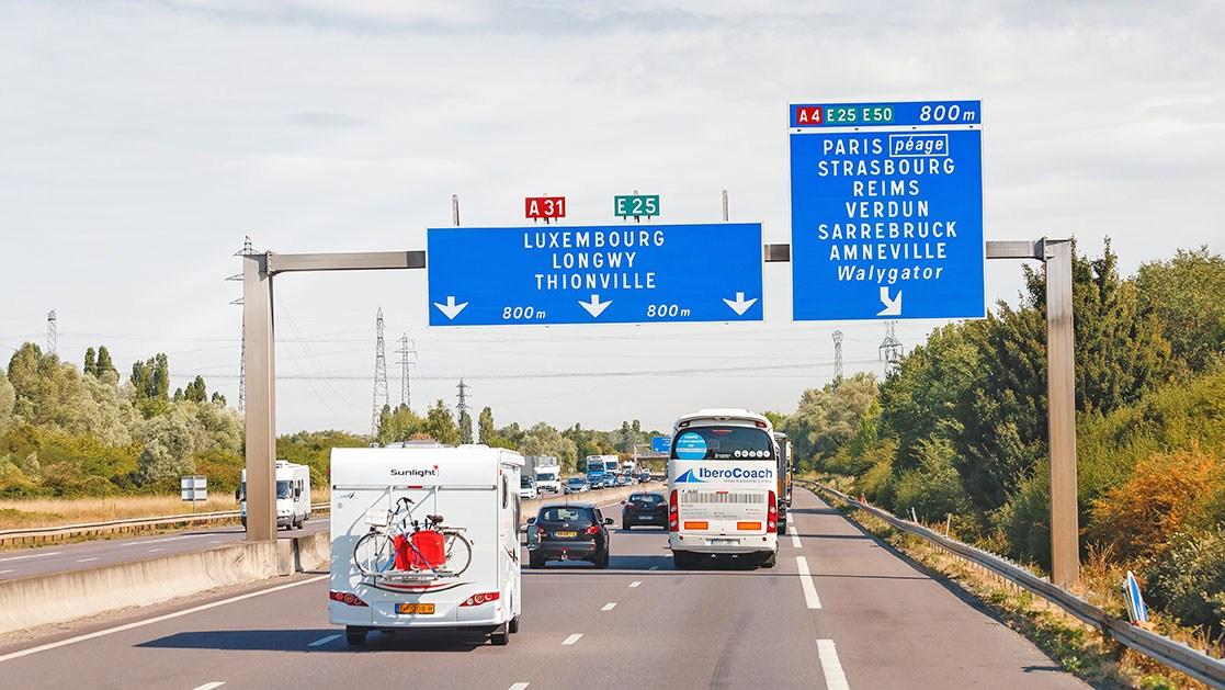 AltText: Stark befahrene Autobahn in Luxemburg