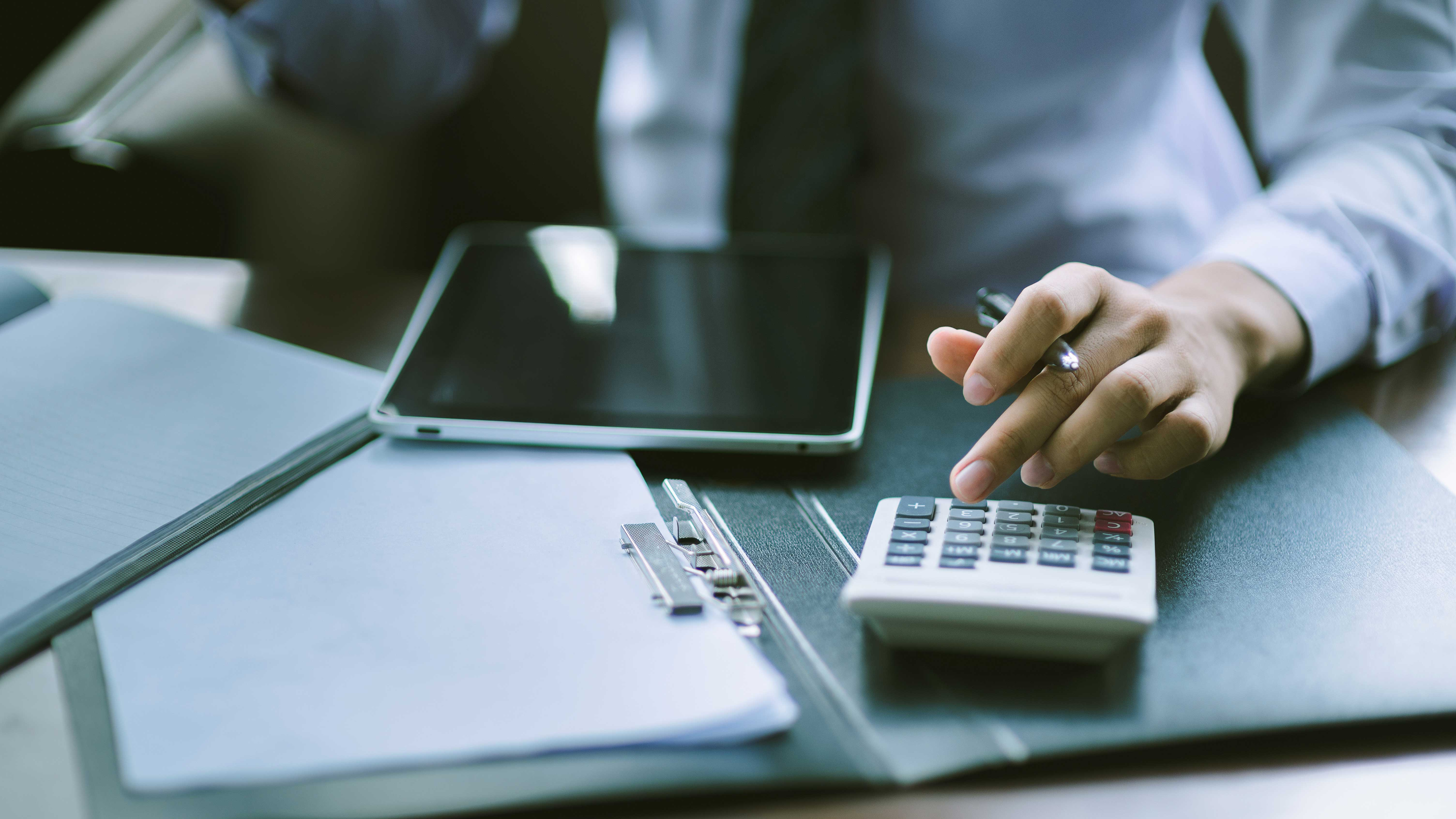 AltText: Erbschaftssteuerrechner ermittelt Schenkungssteuer Freibetrag für Erbschaftssteuererklärung beim Finanzamt