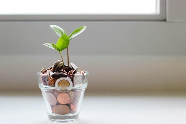 AltText: Darlehensnehmer legt Geld von Darlehen beiseite