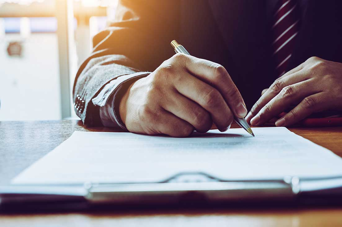 AltText: Ein Vertrag wird unterzeichnet