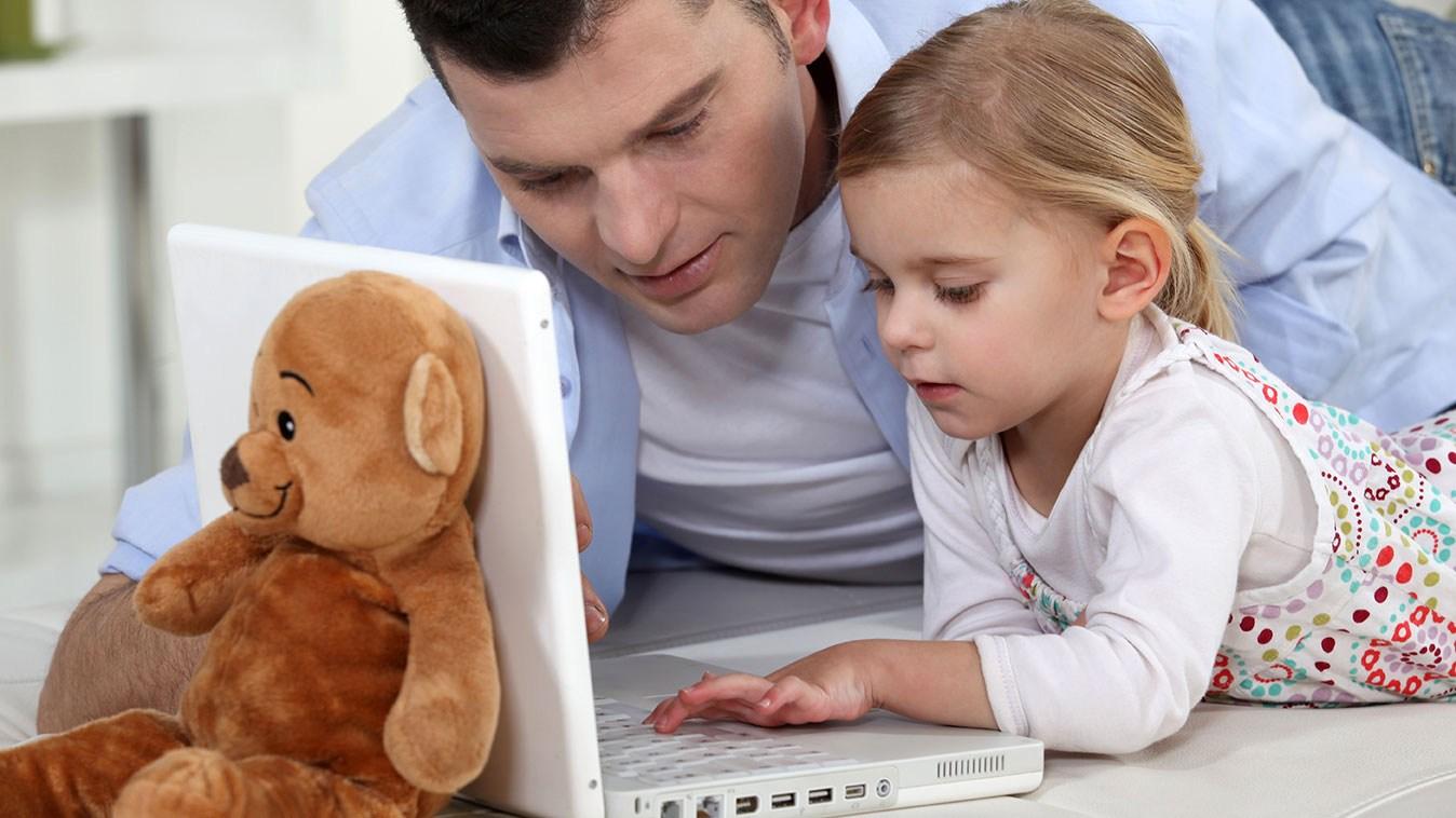 AltText: Vater und uneheliches Kind vor Gutachten: Gerichtliches Abstammungsgutachten nach Geburt zeigte Vaterschaft