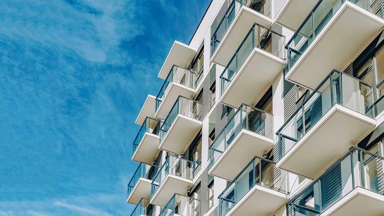 AltText: Immobilien werden von unten betrachtet.