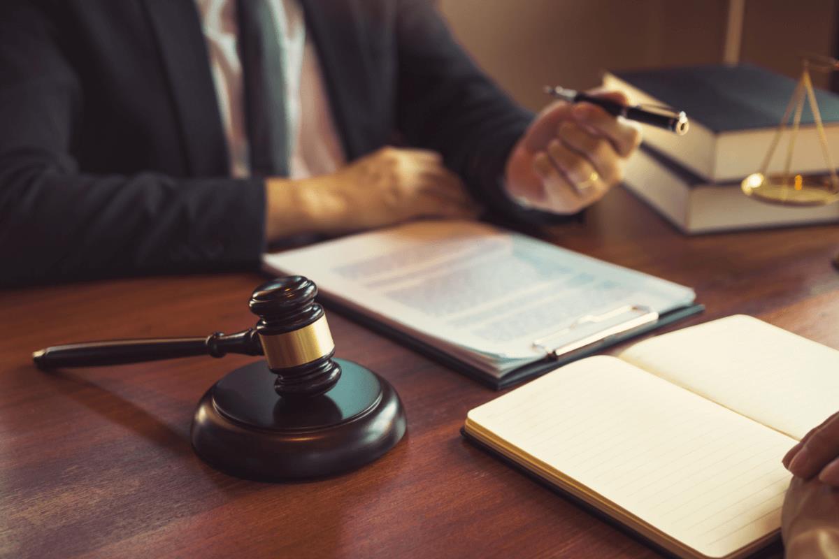 AltText: Scheidungsfolgen- und Trennungsvereinbarung vor Anwalt