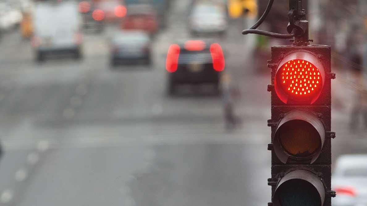 AltText: Wer eine rote Ampel überfährt, kann geblitzt werden – das zieht Strafen nach sich.