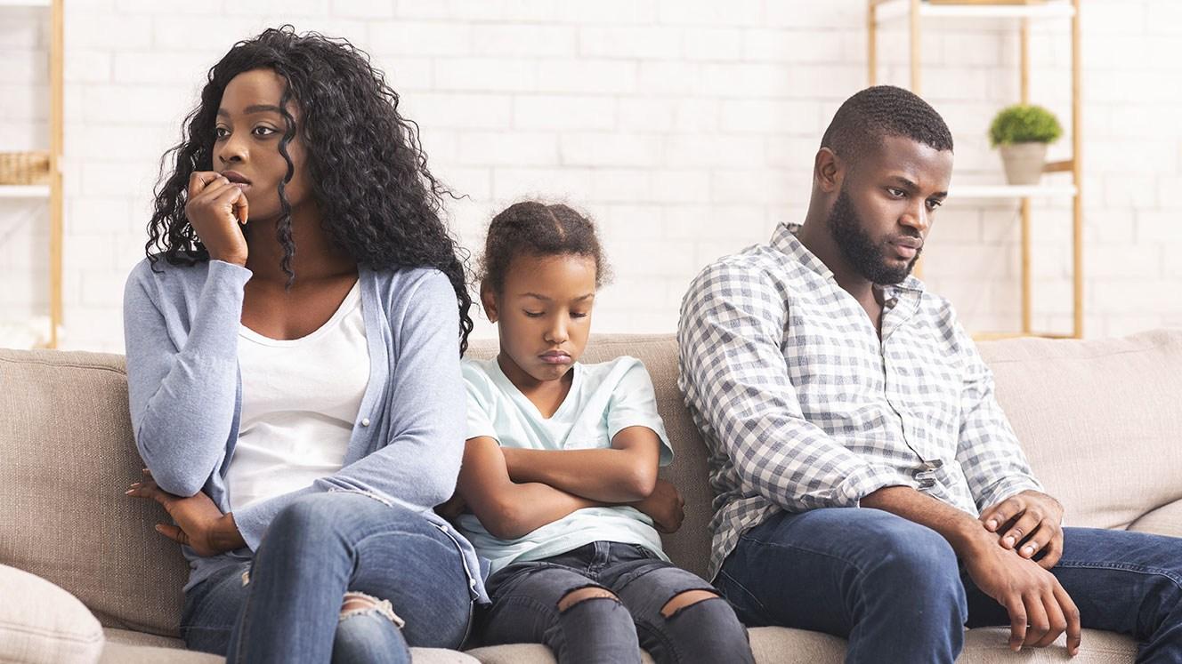 AltText: Vater eines Kuckuckskindes und dessen Mutter streiten im Haus: Er will Unterhalt zurückfordern