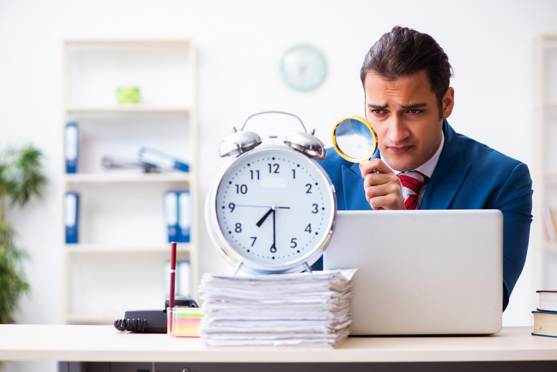 AltText: Arbeitgeber prüft genau, ob ein Arbeitszeitbetrug vorliegt.