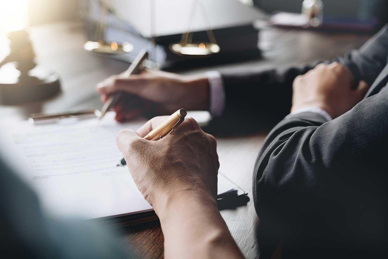 AltText: unterschreiben der vorweggenommenen erbfolge beim notar