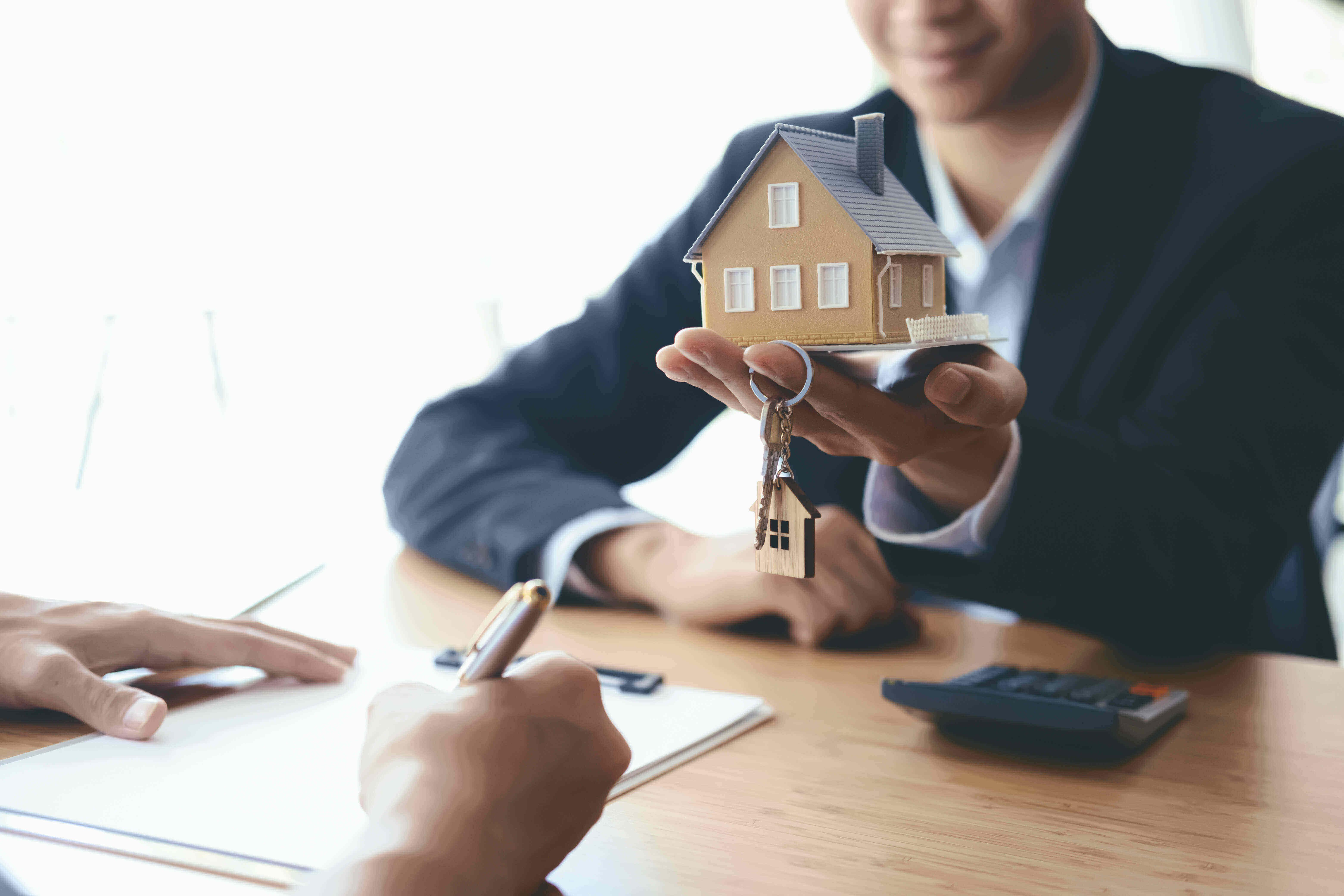 Immobilienkaufvertrag oder Grundstückskaufvertrag: Hinweise für Käufer und Verkäufer | BERATUNG.DE