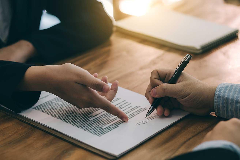 AltText: Unterschreiben eines avalkredits