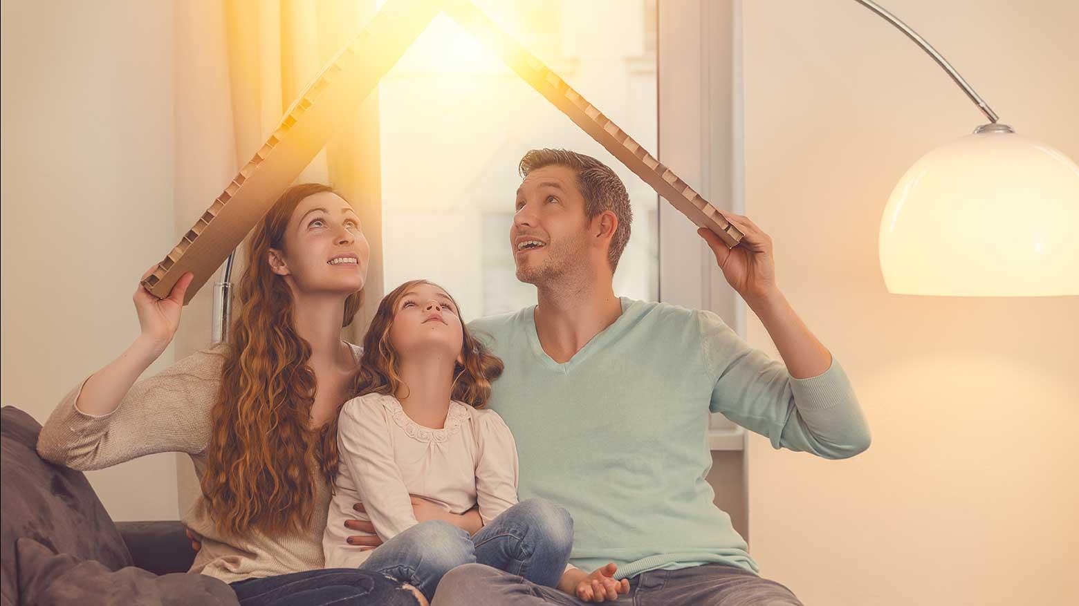 AltText: Familie freut sich auf die Immobilienfinanzierung ohne Eigenkapital