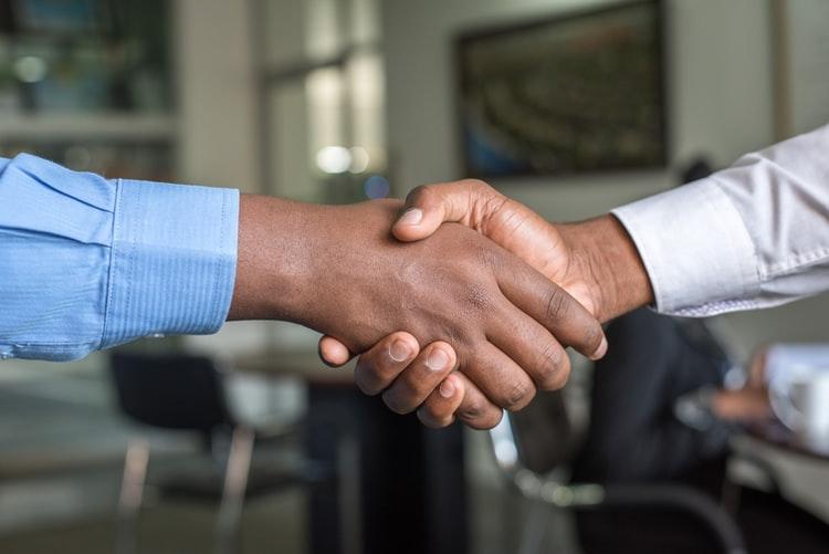 Der Handschlag besiegelt den unterzeichneten Darlehensvertrag.