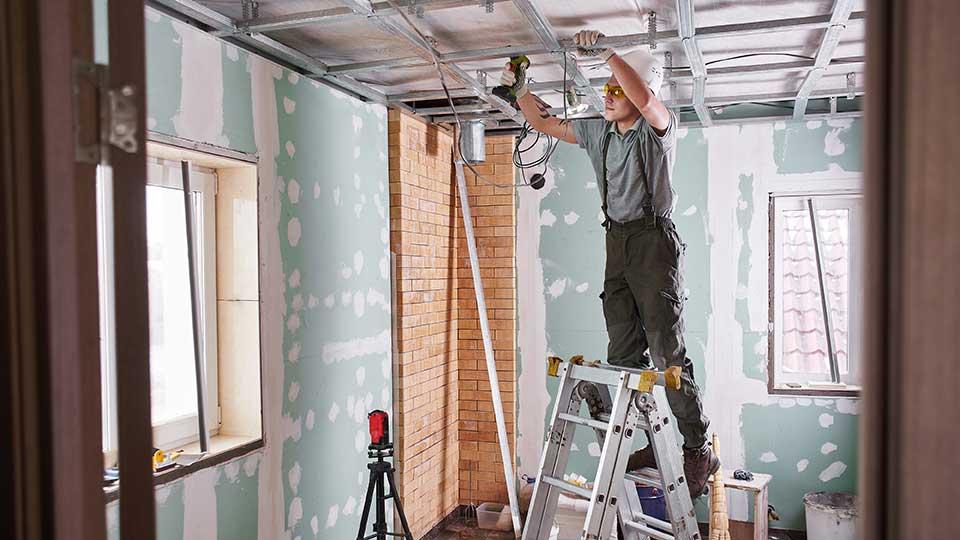 AltText: Ein Haus wird modernisiert und das Dach wird repariert.